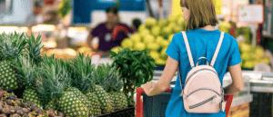 Femme faisant ses courses en grande distribution